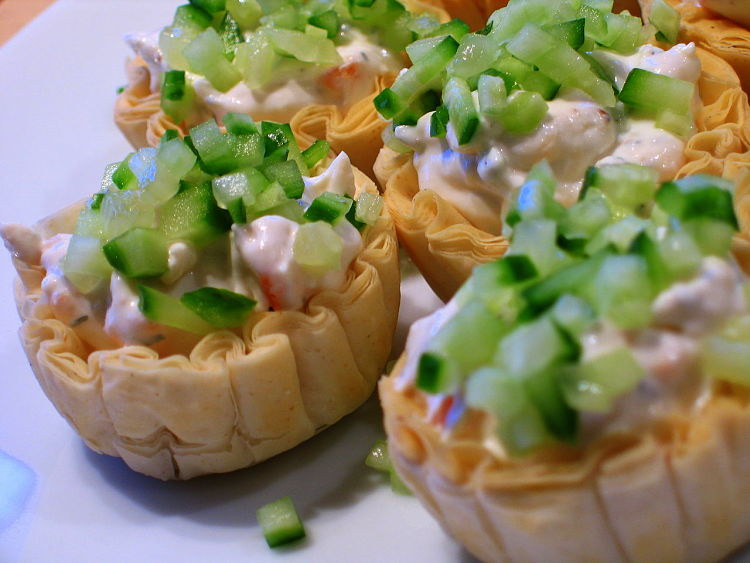 Smoked salmon tarts with just a hint of cream cheese and spring onion. Cream cheese pairs well with all types of onion and many herbs such as chives